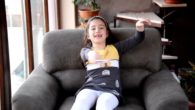 vídeos de stock, filmes e b-roll de engraçado garota. - 6 7 anos