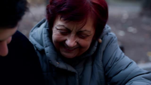 vídeos y material grabado en eventos de stock de abuela graciosa utilizando teléfono, pantalla verde - abuela