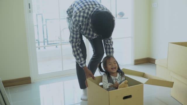 lustige kleine mädchen und ihr vater sind handgefertigt in neues zuhause fahren - vorstellungskraft stock-videos und b-roll-filmmaterial