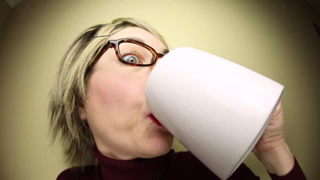 vídeos de stock, filmes e b-roll de nerd engraçado bebendo muito café - molécula de cafeína
