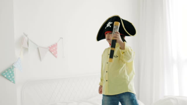 stockvideo's en b-roll-footage met grappige piraat jongen met een verrekijker - verrekijker