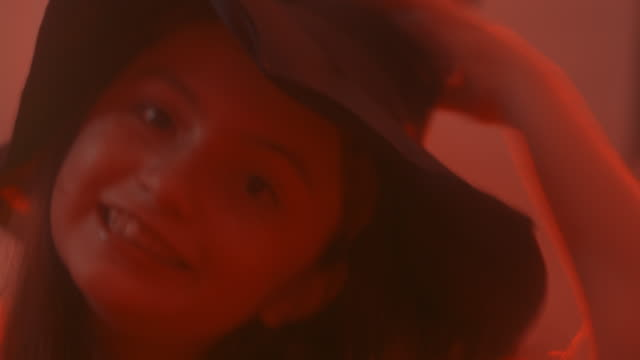 ハロウィーンの夜に面白い魔女。 - 魔術師点の映像素材/bロール