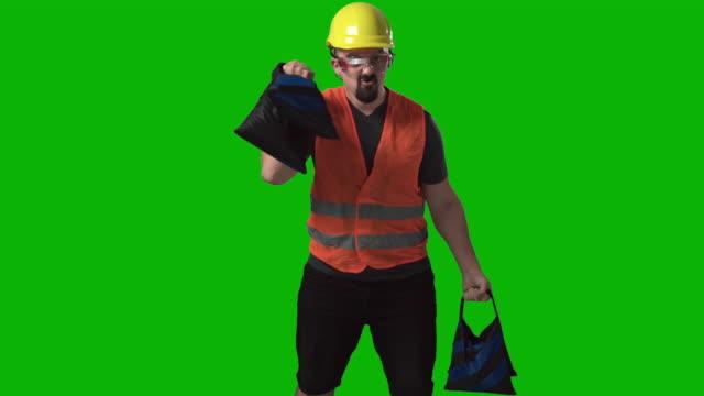 rolig arbetare, ingenjör eller arkitekt lyfta vikter chroma grön skärm bakgrund slow motion - viktträning bildbanksvideor och videomaterial från bakom kulisserna