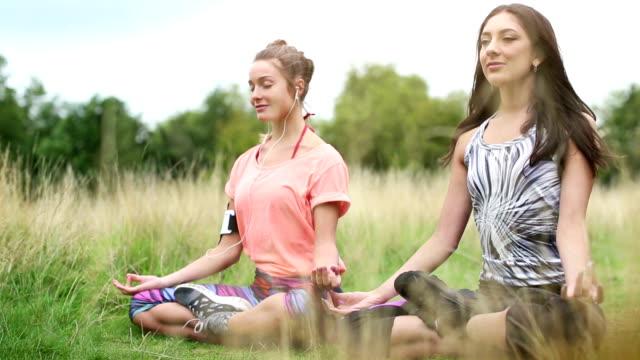 stockvideo's en b-roll-footage met grappige yoga - in kleermakerszit
