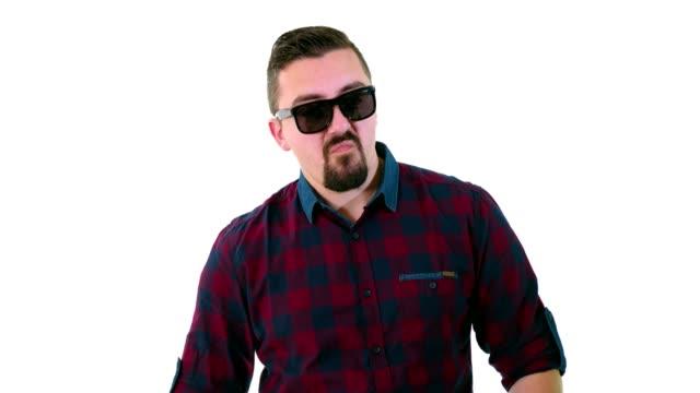 Grappige jonge volwassen man maken handgebaren en zetten zijn zonnebril
