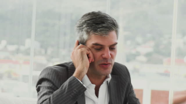 cu furious businessman talking on phone / cape town, western cape, south africa - einzelner mann über 30 stock-videos und b-roll-filmmaterial