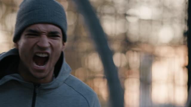 wütend männlicher athlet schreien am basketballplatz - spielball stock-videos und b-roll-filmmaterial