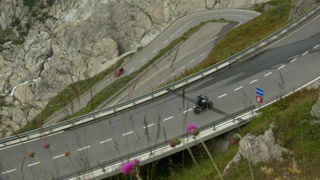 furka pass road, canton of valais, switzerland - kurvenreiche straße stock-videos und b-roll-filmmaterial