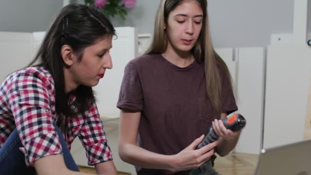 möbelmontering - flyttlåda bildbanksvideor och videomaterial från bakom kulisserna