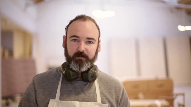vidéos et rushes de furniture workshop 02 - regardant l'objectif