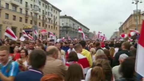 vídeos y material grabado en eventos de stock de further day of massive protests against president alexander lukashenko; belarus: minsk: ext protesters passing carrying large flag banner crowd... - bielorrusia
