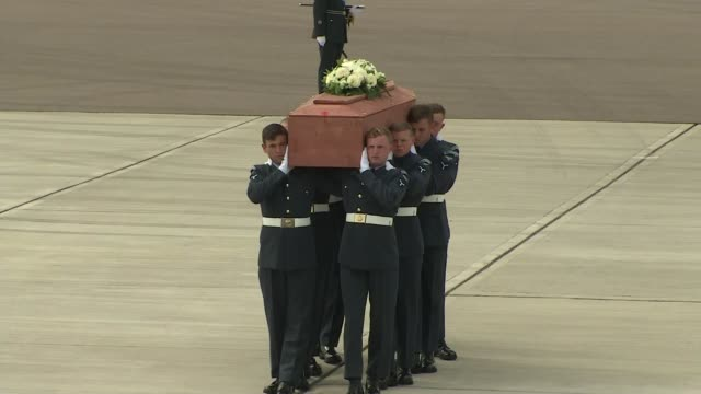 stockvideo's en b-roll-footage met further eight bodies of british victims repatriated; england: raf brize norton: ext raf c-17 transport aircraft on tarmac / coffin of christopher... - repatriëring