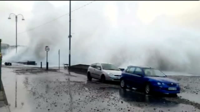 vídeos de stock e filmes b-roll de further storms and flooding hit uk; wales: aberystwyth: huge waves crashing onto promenade and parked cars vox pops local man sot - lot of people to... - aberystwyth