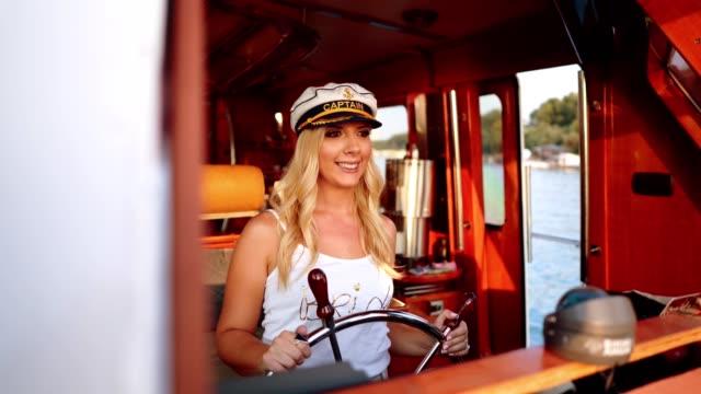 vídeos y material grabado en eventos de stock de futura esposa del timón del barco - despedida de soltera