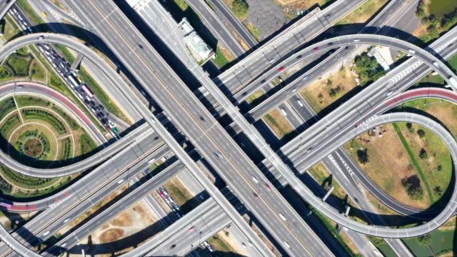未来の交差する高速道路 - ハイパーラプス点の映像素材/bロール