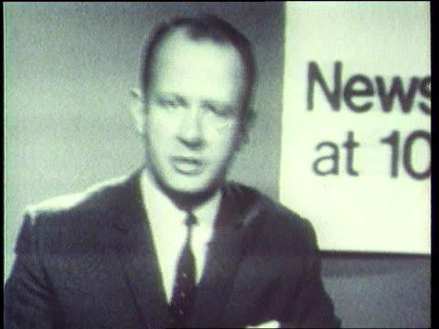 future of 'news at ten' ; itn lib wells street: b/w newsreaders at desk for early news at ten b/w andrew gardner then itn newsreaders andrew gardner... - アラステア・バーネット点の映像素材/bロール