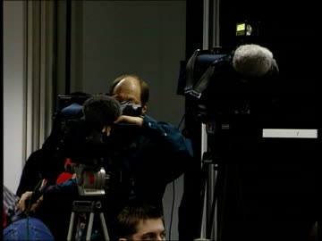 vídeos y material grabado en eventos de stock de future of 'news at ten' ; itn westminster ext at night big ben clock face at 6.30 pm big ben clock face at 11.00 pm london int members of the... - cámara de televisión