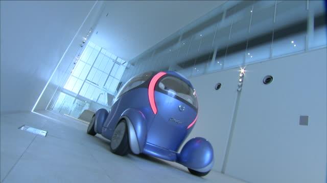 a futuristic car moves through a white corridor. - konzeptauto stock-videos und b-roll-filmmaterial