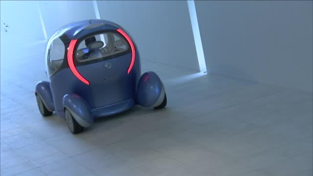 a futuristic car travels slowly down a white corridor. - konzeptauto stock-videos und b-roll-filmmaterial