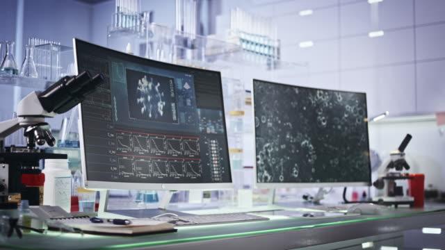 vídeos de stock e filmes b-roll de futuristic laboratory equipment - coronavirus testing - mutação genética