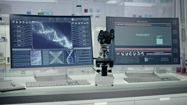 vídeos de stock, filmes e b-roll de equipamento de laboratório futurista - teste de dna. excluindo arquivos - homem e máquina