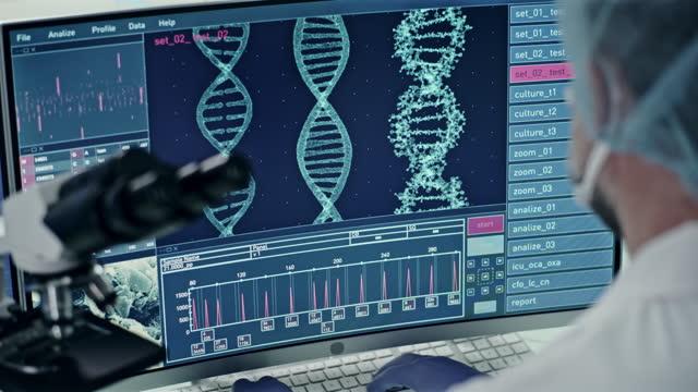 vídeos de stock, filmes e b-roll de equipamento de laboratório futurista. visão traseira do cientista durante a pesquisa de dna. hélice de dna se transformando em partículas - homem e máquina