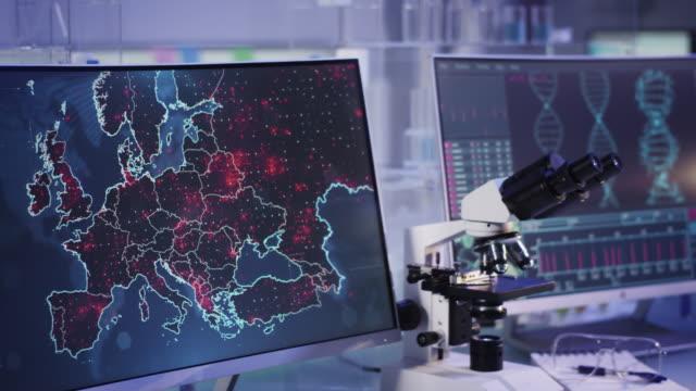 vídeos y material grabado en eventos de stock de laboratorio futurista. nivel de propagación de virus en el mapa de europa. analizar mutaciones en el adn - europa continente