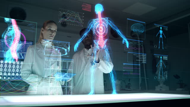 vídeos de stock, filmes e b-roll de laboratório futurista com diversos cientistas. esqueleto holográfico, tridimensional e hélice de dna. equipe escaneando paciente virtual para lesão.  mancha vermelha na coluna vertebral - corpo humano