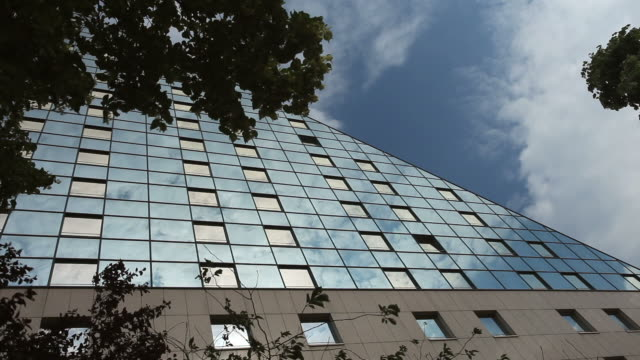 stockvideo's en b-roll-footage met futuristic office building - establishing shot