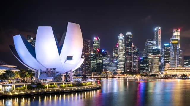 vidéos et rushes de t/l ws zo futuristic skyscrapers at night / singapore - singapour