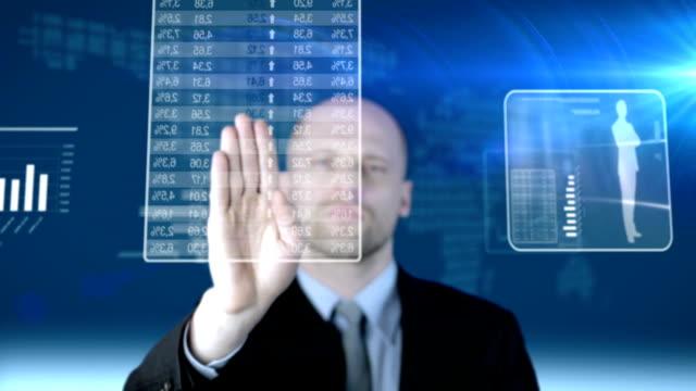 Écran tactile futuriste. Homme d'affaires de travail.