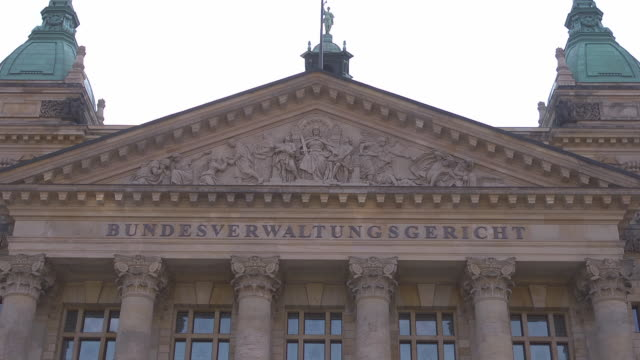 "gable of main entrance of ""bundesverwaltungsgericht"" - gerichtsgebäude stock-videos und b-roll-filmmaterial"