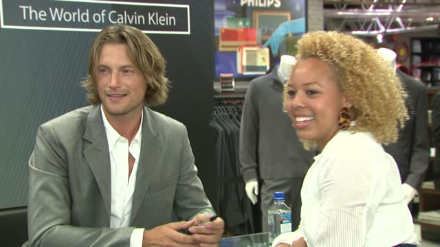 vídeos y material grabado en eventos de stock de gabriel aubry and fans at the macy's celebrates 'the world of calvin klein' with gabriel aubry at macy's herald square in new york new york on... - gabriel aubry