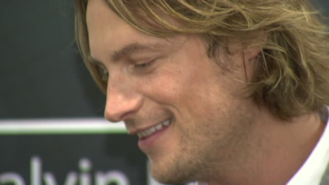 vídeos y material grabado en eventos de stock de gabriel aubry with fans and press at the macy's celebrates 'the world of calvin klein' with gabriel aubry at macy's herald square in new york new... - gabriel aubry