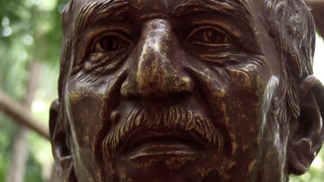 gabriel garcia márquez fue inmortalizado en cuba a través de una estatua de bronce que tambien sirve como homenaje de colombia a cuba por la ayuda en... - escultura stock videos & royalty-free footage
