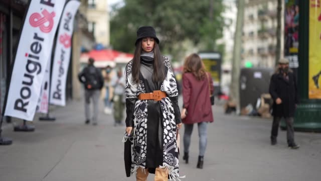 vídeos y material grabado en eventos de stock de gabriella berdugo is wearing a black and white patchwork leather dress from barbara bui with brown maxi bucket belt and mustard clogs boots from... - vestimenta para mujer