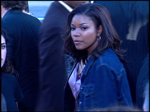 gabrielle union at the 'rush hour 2' premiere at grauman's chinese theatre in hollywood, california on july 26, 2001. - ラッシュアワー 2点の映像素材/bロール