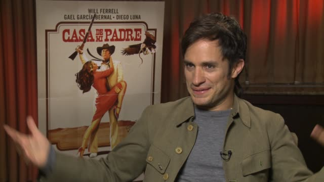 gael garcia bernal on how he came to be a part of this film at casa de mi padre new york press day on 3/10/2012 in new york ny united states - padre bildbanksvideor och videomaterial från bakom kulisserna