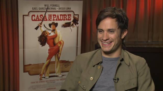 gael garcia bernal talks about the dynamic between himself and diego luna at casa de mi padre new york press day on 3/10/2012 in new york ny united... - padre bildbanksvideor och videomaterial från bakom kulisserna