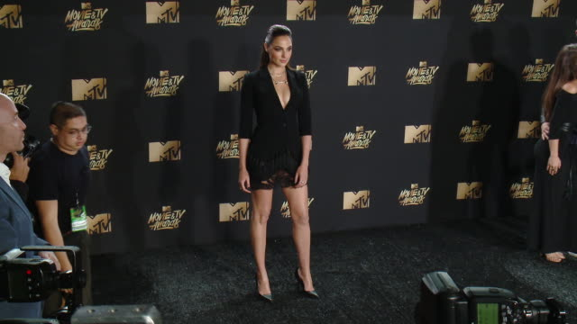 gal gadot at the 2017 mtv movie tv awards red carpet arrivals on may 07 2017 in los angeles california - mtv点の映像素材/bロール
