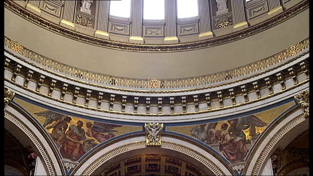 gala concert to mark 300th anniversary of the completion of st paul's cathedral; int reporter to camera low angle view of whispering gallery tomb of... - crypt stock videos & royalty-free footage
