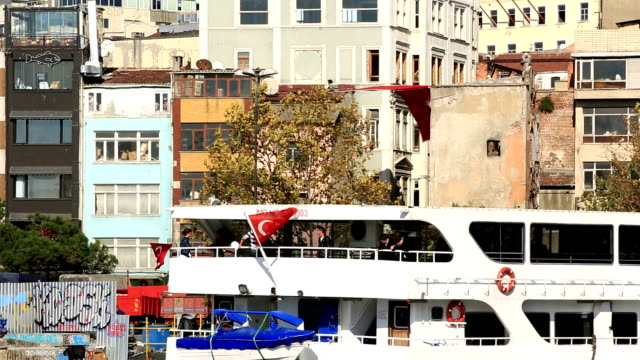 galata tower und fähren in istanbul - galataturm stock-videos und b-roll-filmmaterial