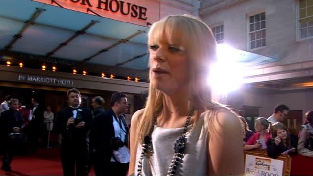 galaxy british book awards 2009; liz mcclarnon being interviewed by other crew sot - リズ・マクラーノン点の映像素材/bロール