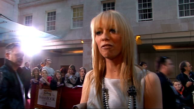 galaxy british book awards 2009; liz mcclarnon interview sot - on how she's a big reader, loves chick-lit, - fave books, sophie kinsella - which book... - リズ・マクラーノン点の映像素材/bロール