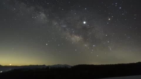 vídeos y material grabado en eventos de stock de galaxy rising from the horizon - campo de estrellas