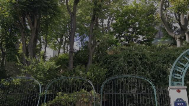 galette mühle in montmartre - französische kultur stock-videos und b-roll-filmmaterial
