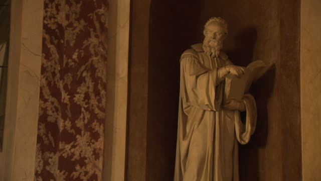 stockvideo's en b-roll-footage met galileo galilei - white stone statue inside pavia university lecture theatre in italy - galileo galilei