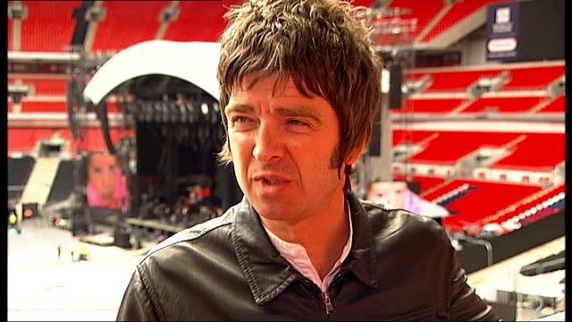 vidéos et rushes de gallagher interview sot on rumours that john terry may sign for manchester city / i wouldn't want him / he's a cry baby he's a whinge bag isn't he /... - bavardage