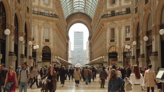 vídeos de stock e filmes b-roll de galleria vittorio emanuele ii gallery indoors establishing shot - arco caraterística arquitetural