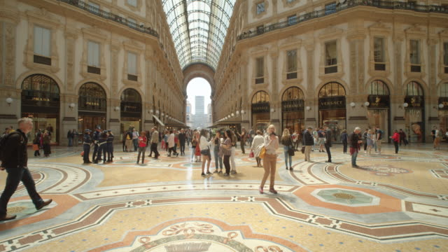 vidéos et rushes de galleria vittorio emanuele ii gallery indoors filmed with steadicam dolly shot - travelling sur chariot